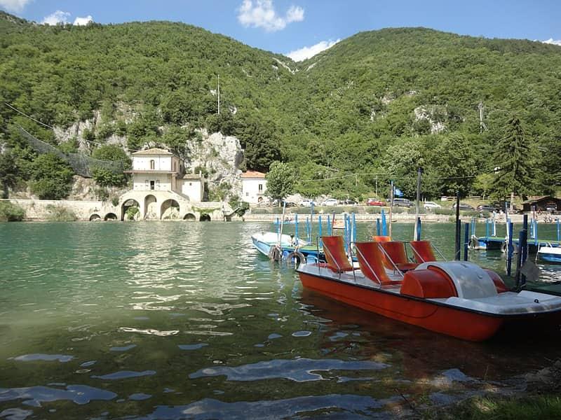 20200202182949800px-Lake_of_Scanno_in_2018.01.jpg