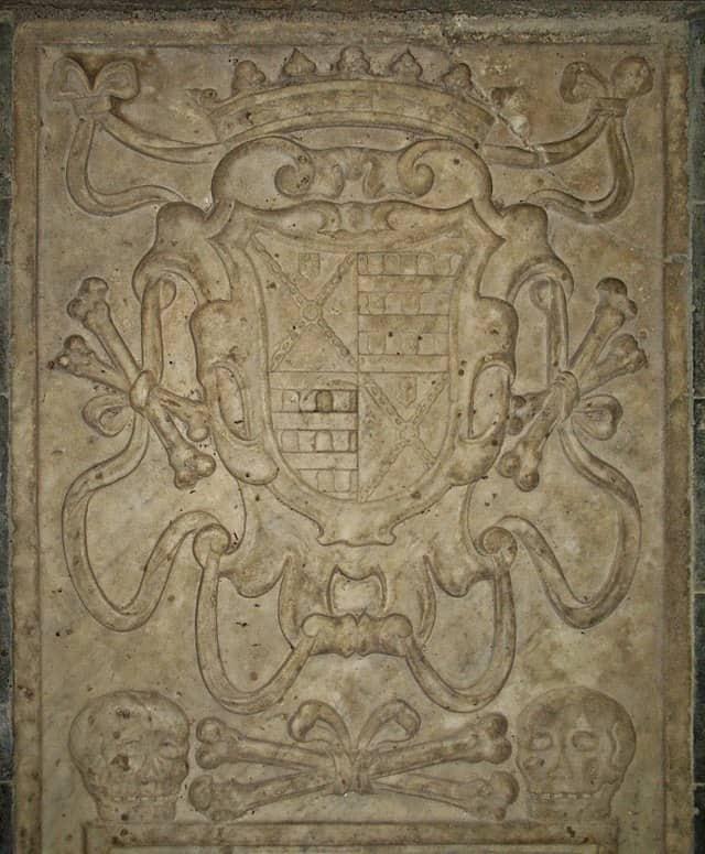 20200223181322640px-Lapide_tombale_particolare_stemma_Chiesa_di_San_Pietro_Apostolo_-_Pentedattilo.jpg
