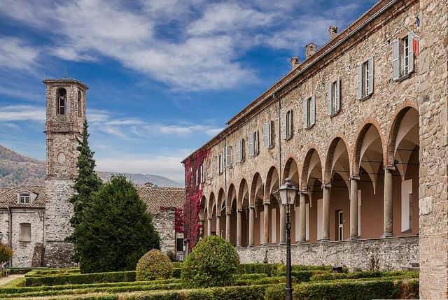 202007311640451-Chiostro-dell'abbazia-di-S.-Colombano-–-Bobbio-PC.jpg