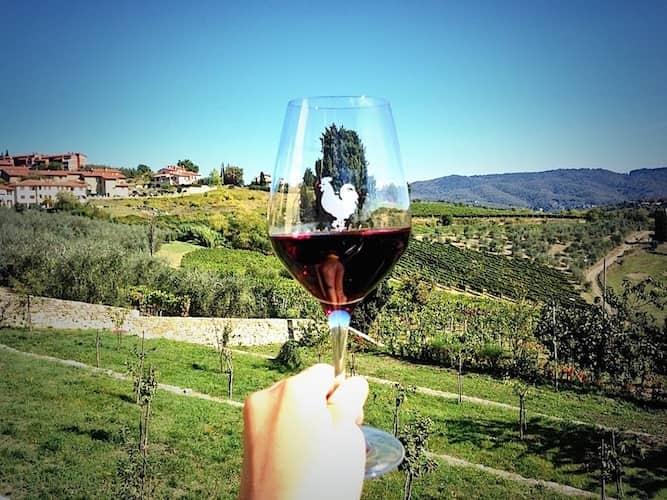 20210208215413Chianti-classico-bicchiere-di-vino-con-sfondo-paesaggio.jpg