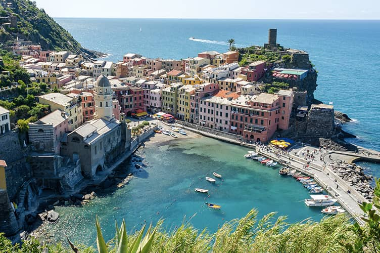 2021031618010120210305211316Vernazza,_Cinque_Terre_(panorama).jpg