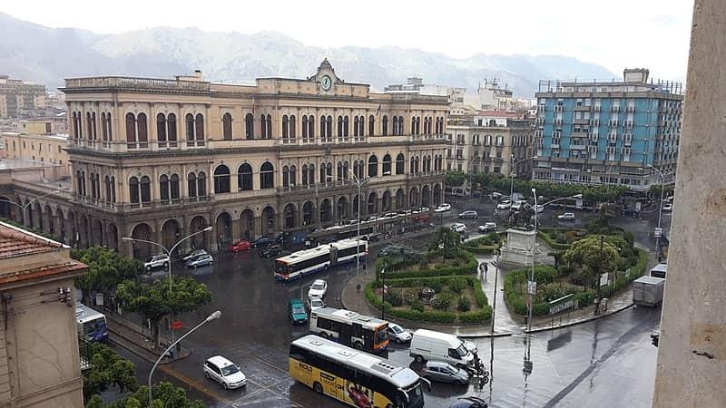 20210904155731800px-Piazza_Giulio_Cesare_e_la_stazione_centrale_di_Palermo_-_Flickr_-_Rino_Porrovecchio.jpg