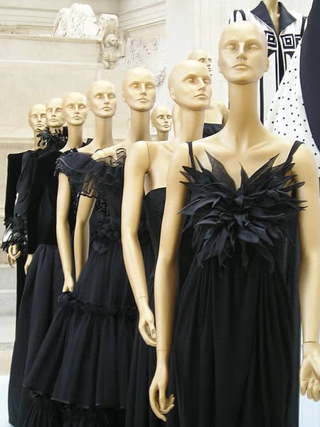 20210924165727Loquax-Valentino_black_dresses.jpg