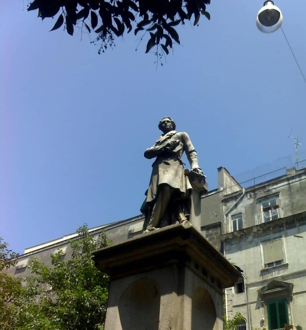 20211005124106Bellini_StatueNaples.jpg